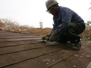 岩本山公園内 公衆トイレ屋根塗装作業 その2